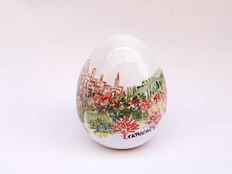 Uovo in ceramica con skyliner di Perugia